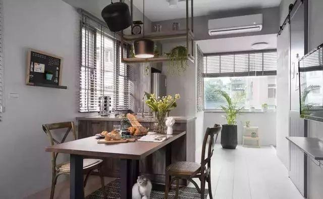 kitchen table set with bench cheap sink 40平的长条形小户型公寓 空间紧凑却也实用 房产资讯 房天下 餐桌椅紧靠着厨房摆放 深木色和黑色结合 显得很有格调 墙面还摆放了一个迷你的小黑板 用来记录一些事情