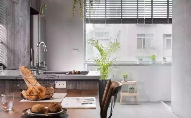 kitchen table set with bench gray tile floor 40平的长条形小户型公寓 空间紧凑却也实用 房产资讯 房天下 走过厨房之后有一个迷你的阳台空间 屋主利用阳台的窗沿来摆放绿植 灰色调的家中多出了绿意 显得更加轻松 舒适