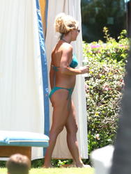 Britney Spears in a bikini hanging out at a poolside cabana in Maui - Hot Celebs Home