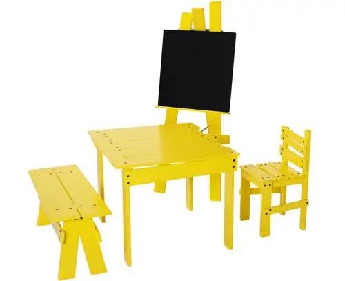 Homenaje a la Selección, mobiliario rojo y amarillo