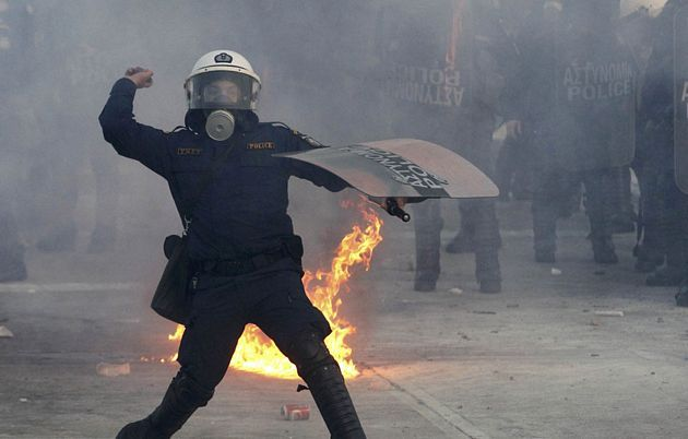 1329065923656gal6gd - Atenas arde por la aprobación de los recortes en el Parlamento