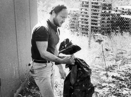 En polis med en av plastsäckarna med kroppsdelar som hittades under Essingeleden i Solna.  Foto: BENGT DAHLSTEDT