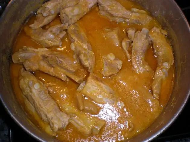 Costillas de cerdo hervidas en crema de zanahorias