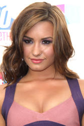 Demi Lovato leggy at 2010 VH1 Do Something! Awards - Hot Celebs Home