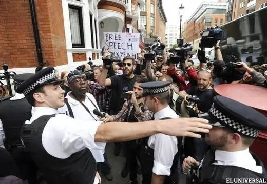 londres1n - Ecuador concede asilo a Julian Assange: La tensión diplomática con Londres llega al máximo