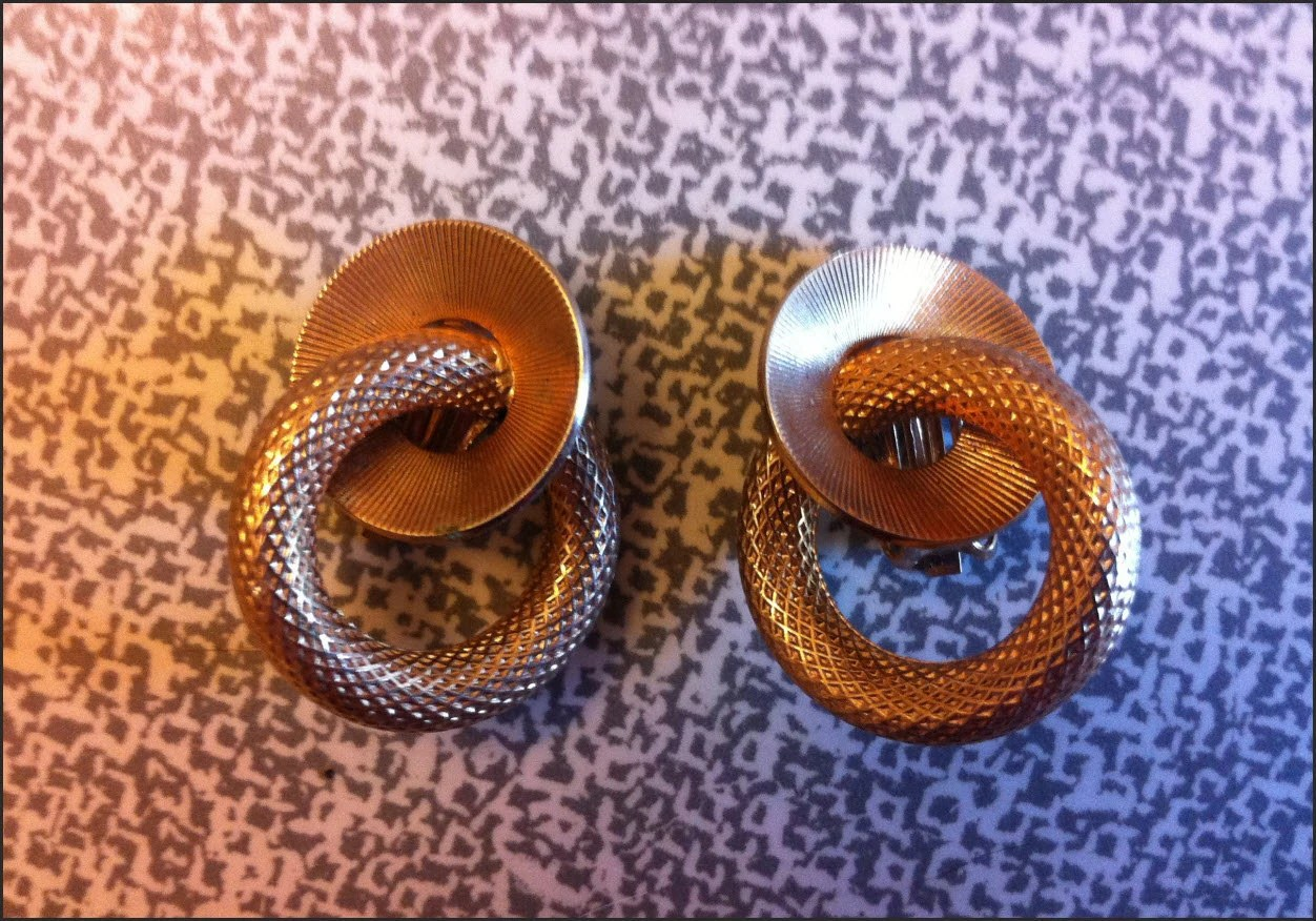 1930s matching clip on EARRINGS and Brooch gold interlinking circles Set