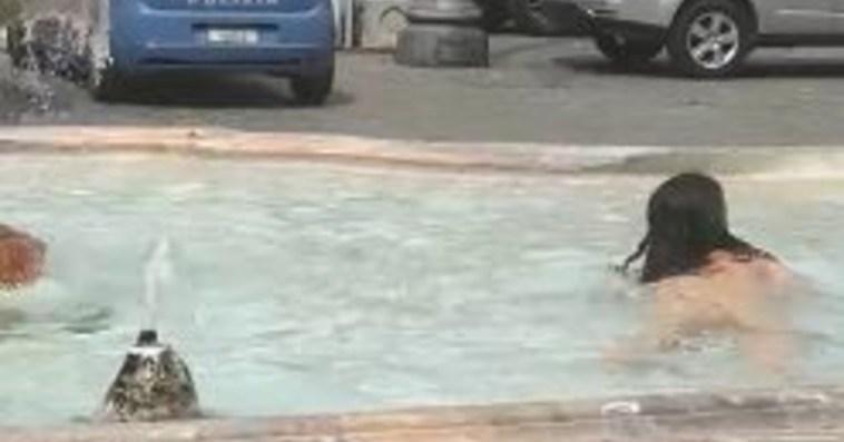 Mario Draghi, dalla sua finestra uno spettacolino vietato ai minori: la ragazza senza vestiti nella fontana davanti a Palazzo Chigi, il video