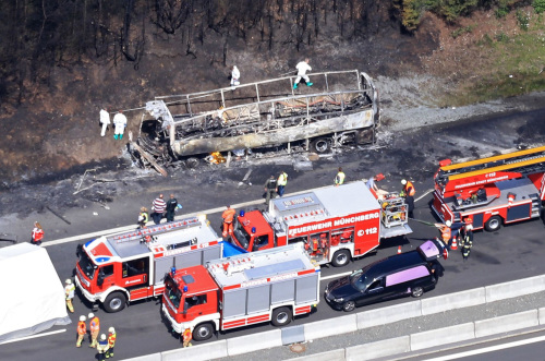 德國大巴撞車釀大火 18人恐被燒死(圖) 德國   大巴   撞車   大火   被燒死   歐洲   看中國網