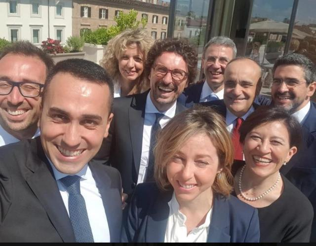 We are so many, Di Maio's first selfie with the ministers of the M5s