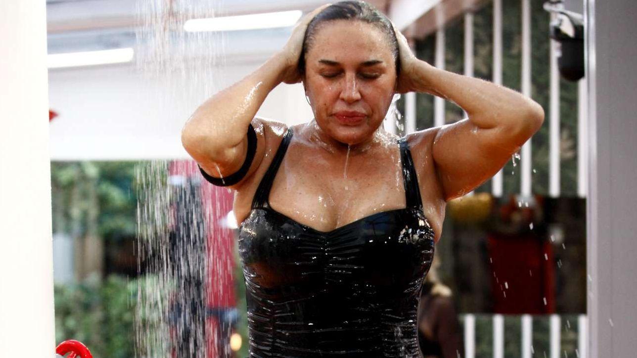 Grande Fratello Vip relax in acqua la doccia di Lory Del Santo e il bagno di Martina e