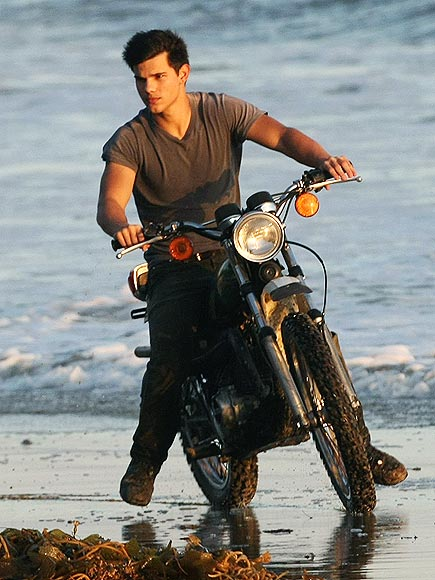 6. HE LOOKS COOL ON A BIKE photo | Taylor Lautner