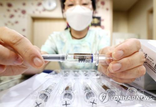 A nurse shows a flu vaccine at a clinic in Seoul on Sept. 22, 2020. (Yonhap)