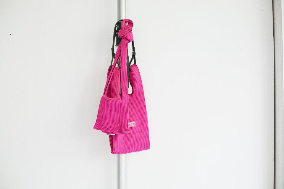 LAST FRAME リブバイカラーバッグ ピンク x バーガンディの写真
