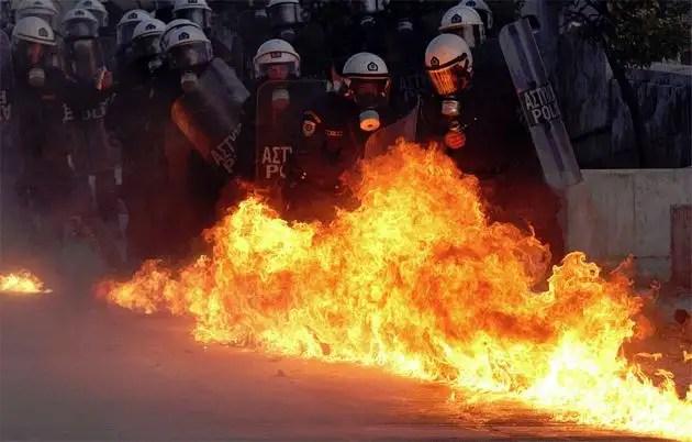 1329066856083grecia10gd - Atenas arde por la aprobación de los recortes en el Parlamento