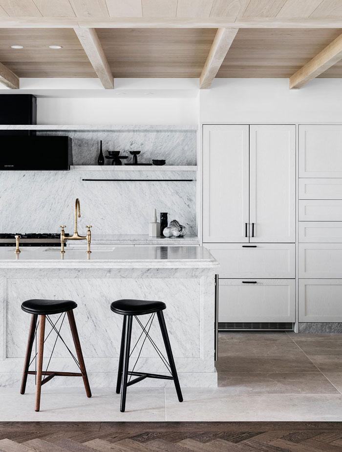 how to redesign a kitchen cherry wood island 设计宅 用极简主义理念打造的滨海度假公寓 界面新闻 生活 首先 建筑师完全重新设计了室内空间的风格 创造了一种明亮 开放的格局 这一点完美满足了他们的客户热情好客家庭的需求 联合厨房 餐厅和客厅都体现了这一概念