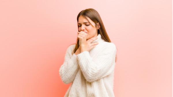 【按穴療法】咳嗽怎麼治?中醫師教你(組圖) 咳嗽   感冒   鼻涕倒流   食道逆流   中醫秘方   看中國網