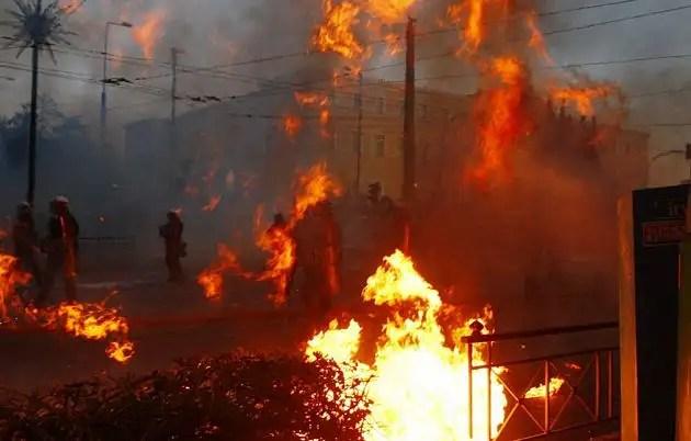 1329071429315foto4gd - Atenas arde por la aprobación de los recortes en el Parlamento