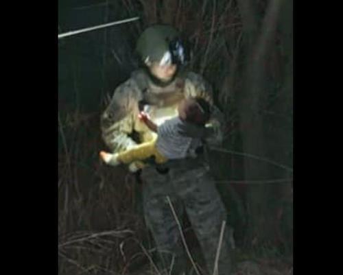 밀입국 브로커에 의해 강에 버려진 아이를 구조하는 텍사스 경찰