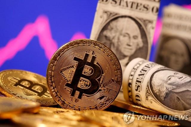 비트코인 모형과 미국 1달러 지폐