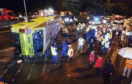 gambar kemalangan lebuh raya karak genting, bas ekspress di lebuh raya karak, nahas jalan raya di karak-genting, 7 terbunuh nahas karak, bas tergolek di lebuh raya karak, nahas di genting highlands