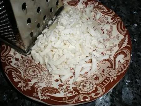 Rallar el queso de cabra