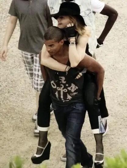noticias Madonna hace alarde de su novio 30 años menor