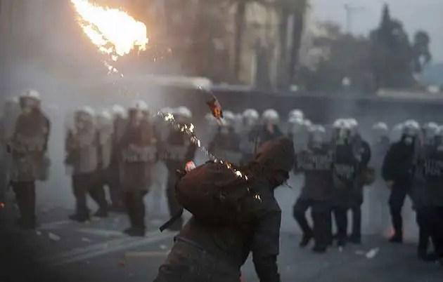 1329082251145gre1gd - Atenas arde por la aprobación de los recortes en el Parlamento
