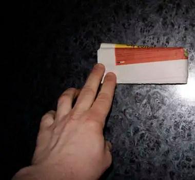 42605870 - Como abrir una botella de cerveza con una hoja de periódico o un billete