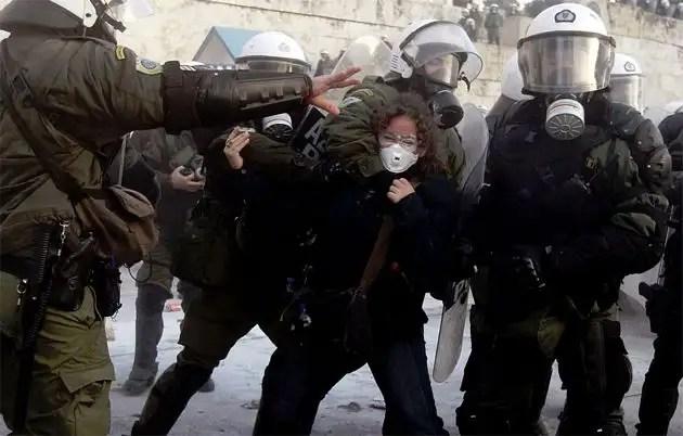 1329067010586grecia12gd - Atenas arde por la aprobación de los recortes en el Parlamento