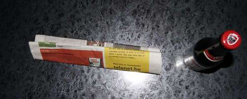 50699865 - Como abrir una botella de cerveza con una hoja de periódico o un billete