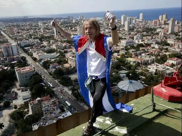 Noticias Curiosas - Alain Robert ´el hombre araña´ francés escaló edificio en Cuba