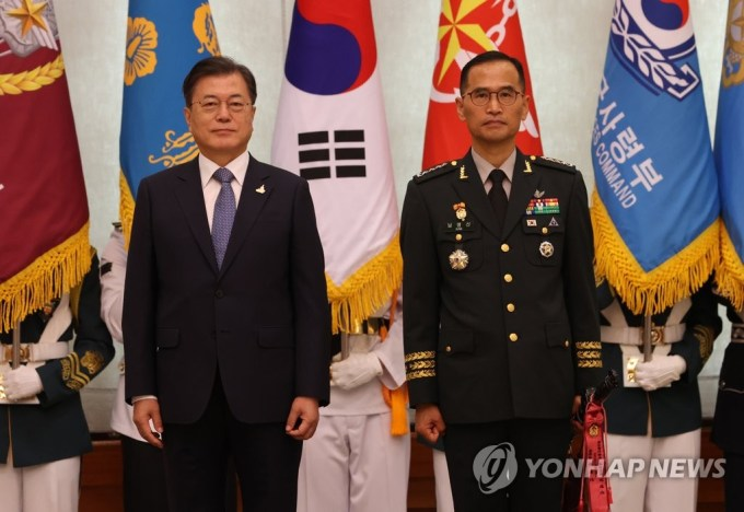 President Moon Jae-in (L) and Gen. Nam Yeong-shin, new Army chief of staff, pose for a photo during a ceremony at the presidential office Cheong Wa Dae in Seoul on Sept. 23, 2020, to mark Nam's inauguration. (Yonhap)