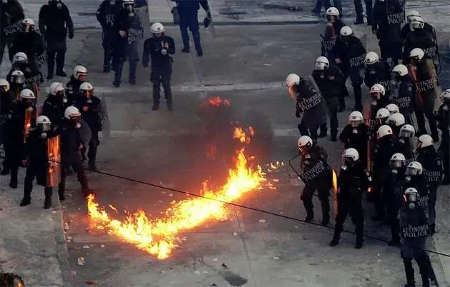 1329066678646grecia8gd - Atenas arde por la aprobación de los recortes en el Parlamento