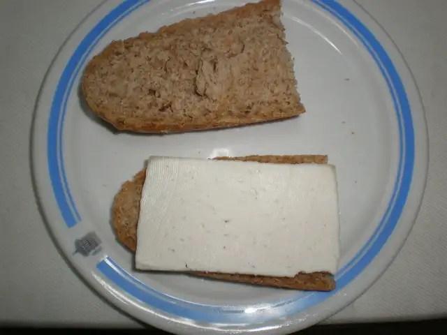 Pan con queso de cabra