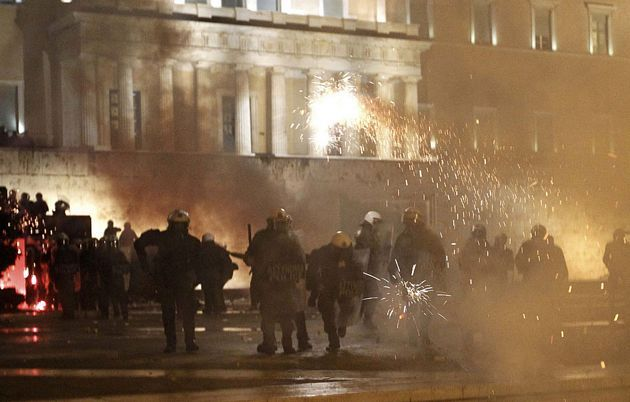 1329071195649foto1gd - Atenas arde por la aprobación de los recortes en el Parlamento