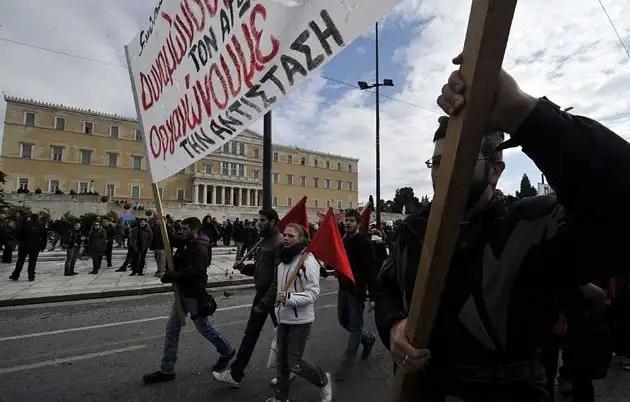 1329065726436gal3gd - Atenas arde por la aprobación de los recortes en el Parlamento
