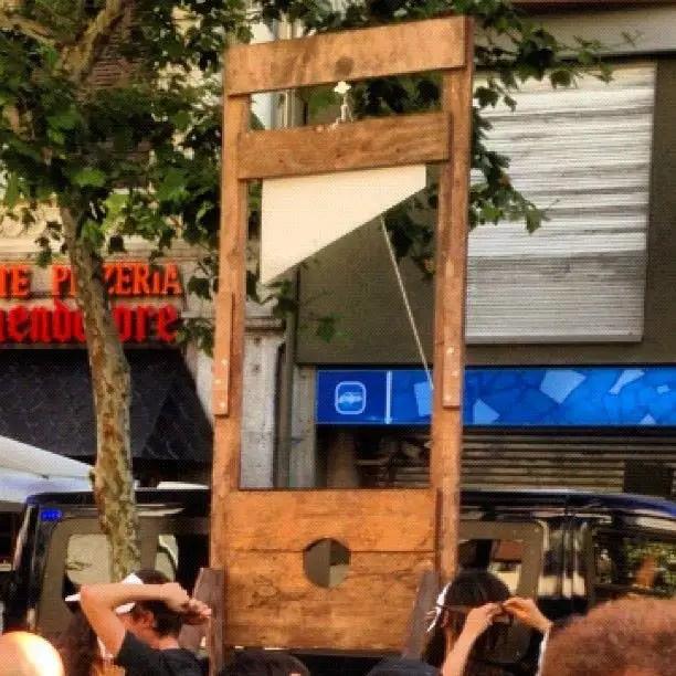 Guillotina ante protesta en la sede del PP por los recortes de Mariano Rajoy y su gobierno