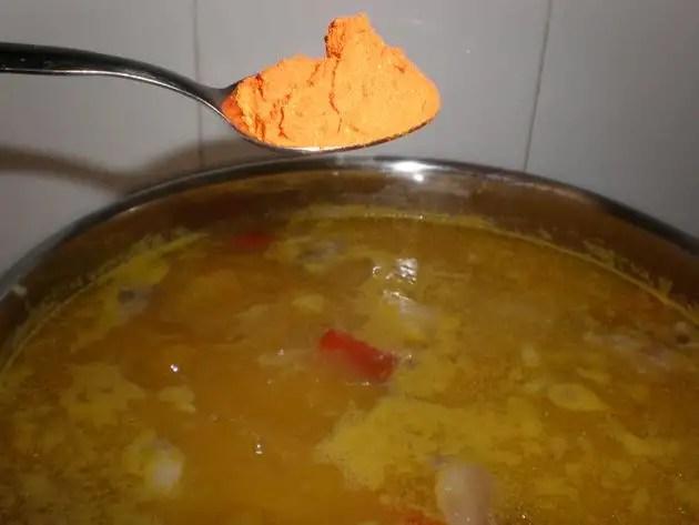 Cocinando judías blancas con oreja y morcilla