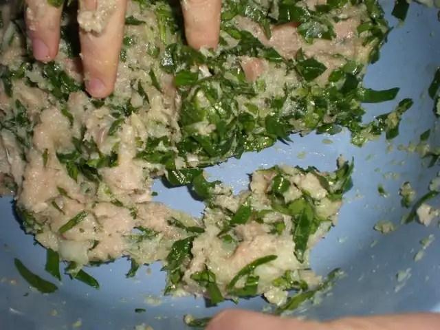 Preparar masa para albóndigas de pollo y espinacas