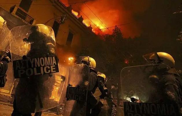 1329082469287gre4gd - Atenas arde por la aprobación de los recortes en el Parlamento