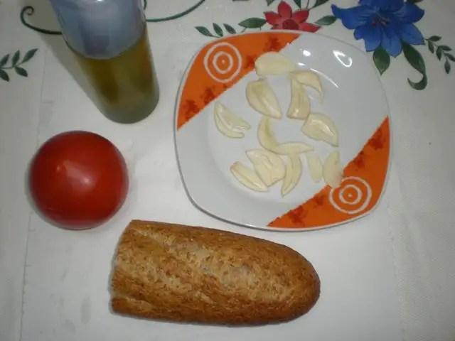 Ingredientes para tostada con tomate y ajo