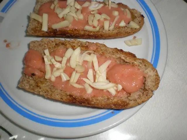 Tostada de tomate y ajo