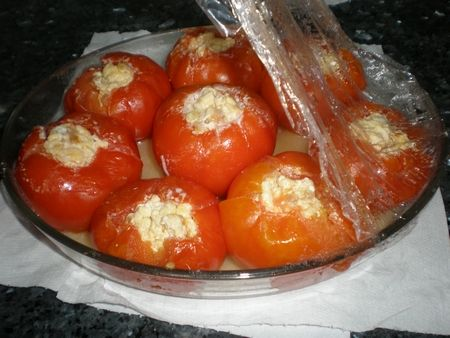 Tomates rellenos de revuelto de huevos
