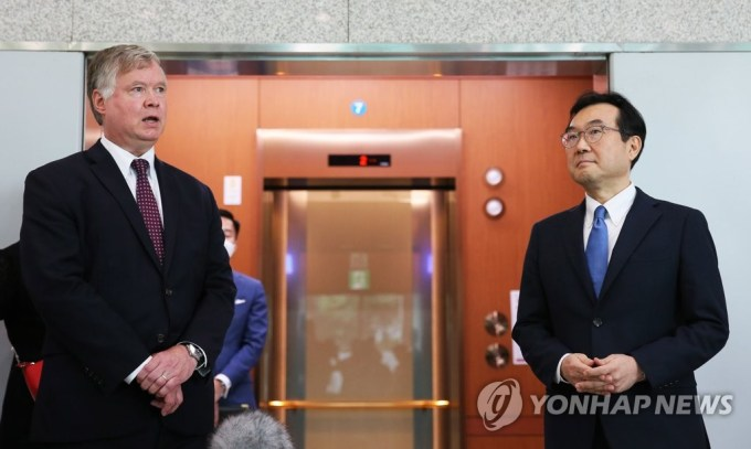 U.S. Deputy Secretary of State Stephen Biegun (L) stands with Lee Do-hoon, his South Korean counterpart on North Korea affairs, as he speaks to the media after his talks with Lee at Seoul's foreign ministry on July 8, 2020. (Pool photo) (Yonhap)