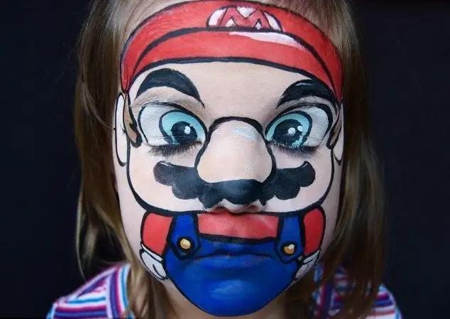 82356660 - Madre crea arte en las caras de sus hijas