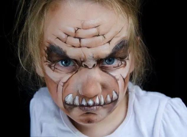 65345738 - Madre crea arte en las caras de sus hijas