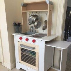 Hape Play Kitchen Sink Grates 晒货品牌 北美省钱快报dealmoon Com 这款hape的玩具厨房不是今年黑五最便宜的 我选择它是为了伸缩式设计 以及它的高度 小朋友能多玩两年 小厨房的背面是个黑