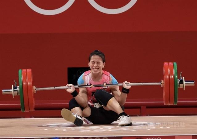 「舉重女神」郭婞淳27日在確定拿下東京奧運女子舉重59公斤級金牌後繼續挑戰,第3次挺舉設定141公斤目標,可惜最終跌坐在地、未能成功。中央社記者吳家昇攝 110年7月27日