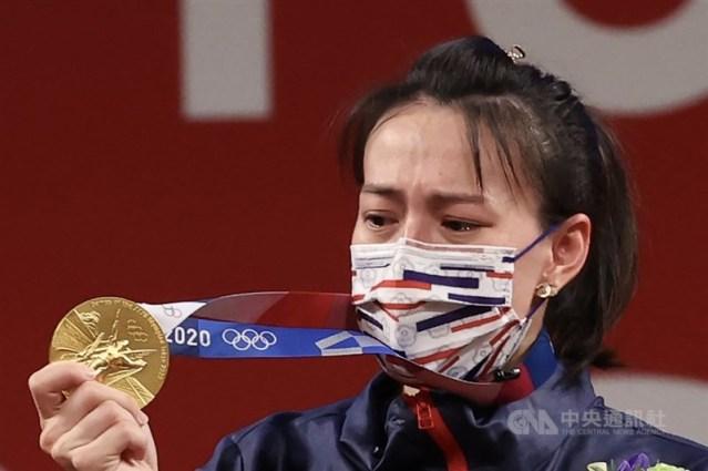 台灣舉重女將郭婞淳27日在東京奧運女子舉重59公斤級拿下金牌,3項成績都是奧運紀錄,也讓世界看到台灣;她在頒獎台上望著金牌,一度紅了眼眶。中央社記者吳家昇攝 110年7月27日