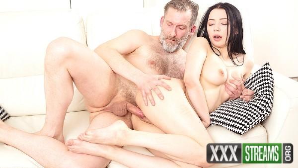 Emily Bender – Dude makes brunette focus on his hard cock (2018/OldGoesYoung.com/SD)